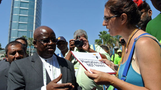 Guadalupe Rodríguez handing a petition to Motsamai Nkosi of the WFC