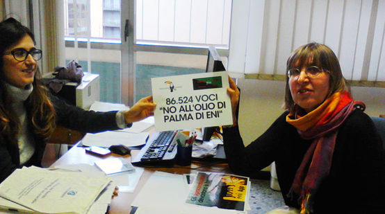 Activist Gianna del Fabbro hands over the petition against palm-oil biodiesel to Italian Ministry of the Environment staffer Francesca Santolini